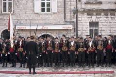 Guardsmans in der nationalen Form. Kotor. Stockfotos