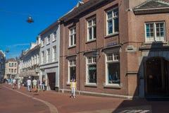 GUARIDA BOSCH, PAÍSES BAJOS - 30 DE AGOSTO DE 2016: Calle peatonal en el centro del th de Den Bosch, Netherlan imagen de archivo libre de regalías