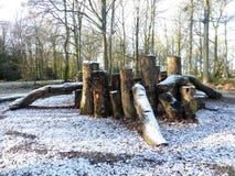 Guarida de madera del área de juego en la nieve del invierno, campo común de Chorleywood foto de archivo