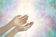 Guaritore di energia con le mani aperte fotografia stock libera da diritti