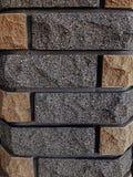 Guarnição decorativa do tijolo, em um polo Textura cinzenta e marrom do fundo Junção do cimento Pedra desbastada Textura imagens de stock royalty free