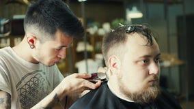 Guarnição perfeita Close-up da vista traseira do homem farpado novo que obtém o corte de cabelo pelo cabeleireiro com lâmina elét filme