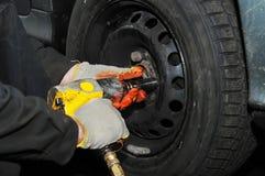 Guarnición del neumático con la llave comprimida del aire Foto de archivo libre de regalías