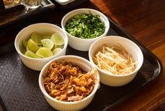Guarnisca il limone, lo zenzero, la cipolla, aglio fritto per fondo fotografia stock