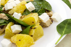 Guarnito con l'insalata tagliata della feta da spinaci, dal pollo e dall'arancia fotografia stock libera da diritti