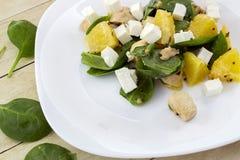 Guarnito con l'insalata tagliata della feta da spinaci, dal pollo e dall'arancia fotografia stock