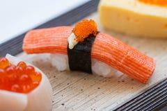 Guarnizione chiusa-Su dei sushi di Kani con Ebiko Fotografia Stock Libera da Diritti