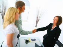Guarnizione del mediatore di bene immobile un affare con il compratore domestico Immagini Stock Libere da Diritti