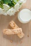 Guarnizione della pasta sfoglia con lo zucchero ed il dado, con il vetro di latte la cima rivaleggia Fotografia Stock Libera da Diritti