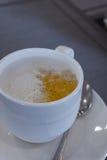 Guarnizione della schiuma del latte e della tazza di caffè Immagini Stock Libere da Diritti