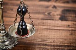 Guarnizione e bilancia della giustizia di notaio sui precedenti di legno, Nota fotografia stock