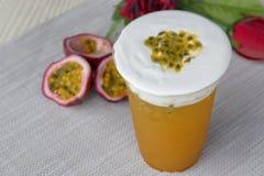 Guarnizione ghiacciata del fondo del frutto della passione con il formaggio cremoso Fotografie Stock Libere da Diritti