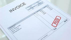 Guarnizione pagata timbrata sul documento della fattura, fatture di affari, spesa di contabilità fotografia stock libera da diritti