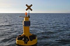 Guarnizioni che galleggiano su un segnale giallo in mare Immagini Stock Libere da Diritti
