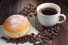 Guarnizioni di gomma piuma berlinesi con caffè Fotografia Stock