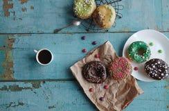 guarnizioni di gomma piuma casalinghe su caffè di carta e nero in una tazza bianca Fotografia Stock