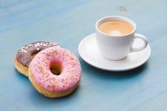 Guarnizioni di gomma piuma con caffè nero Fotografie Stock