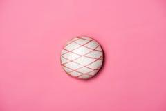 Guarnizioni di gomma piuma con glassa sul fondo di rosa pastello Guarnizioni di gomma piuma dolci Fotografie Stock