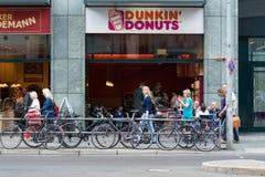 Guarnizioni di gomma piuma di Dunkin del caffè su Friedrichstrasse Fotografie Stock