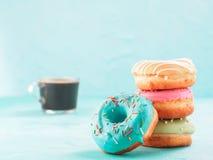 Guarnizioni di gomma piuma e caffè su fondo blu, spazio della copia Fotografie Stock Libere da Diritti