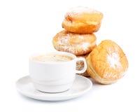Guarnizioni di gomma piuma e tazza dolci di caffè nero fotografie stock libere da diritti