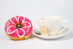 Guarnizioni di gomma piuma e tazza dolci di tè nero Immagine Stock Libera da Diritti