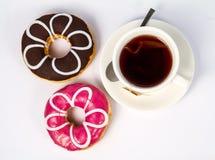 Guarnizioni di gomma piuma e tazza dolci di tè nero Immagine Stock