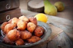 Guarnizioni di gomma piuma fritte nel grasso bollente delle frittelle ripiene Fotografie Stock