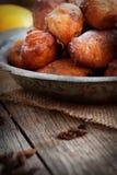 Guarnizioni di gomma piuma fritte nel grasso bollente delle frittelle ripiene fotografia stock
