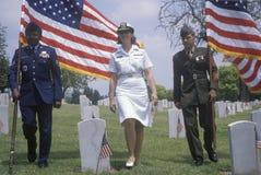 Guart militar del color en el cementerio del veterano fotos de archivo
