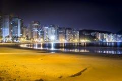 Guaruja, Астурия и Pitangueiras приставают к берегу на ноче Стоковое фото RF