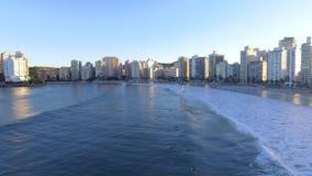 Guaruja, beachfrontgolven van SP, Brazilië 05/12/2017 stock videobeelden
