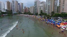 Guaruja, beachfrontmensen van SP, Brazilië 05/12/2017 het zonnebaden stock video