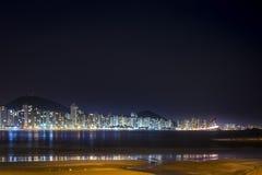 Guaruja Pitangueiras strand på natten royaltyfria foton