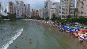 Guaruja Sp, Brasilien 05/12/2017 beachfront solbada för folk stock video