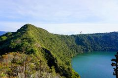 Guatavita legend för dorado för Colombia lagun- eller sjöel arkivfoton