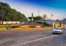 GUATEMALA Antigua Guatemala, am 16. Dezember 2017: Ansicht im Freien der Bronzestatue des Bruders Pedro mit dem Aguavulkan herein Stockfotos