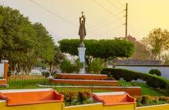 GUATEMALA Antigua Guatemala, am 16. Dezember 2017: Ansicht im Freien der Bronzestatue des Bruders Pedro mit dem Aguavulkan herein Stockbilder