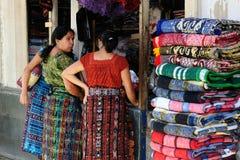 Guatemala, mulheres em clotes tradicionais em San Pedro la Laguna Imagens de Stock