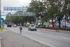 GUATEMALA - NOVEMBER 11, 2017: Guatemala City gata med trafik Daglig sikt av kollektivtrafik, som den färgrika fega bussen, taxi Arkivfoto