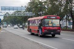 GUATEMALA - NOVEMBER 11, 2017: Guatemala City gata med trafik Daglig sikt av kollektivtrafik, som den färgrika fega bussen, taxi fotografering för bildbyråer