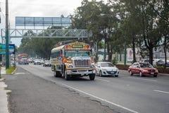 GUATEMALA - NOVEMBER 11, 2017: Guatemala City gata med trafik Daglig sikt av kollektivtrafik, som den färgrika fega bussen, taxi Arkivbilder