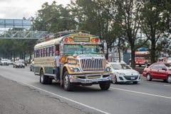 GUATEMALA - NOVEMBER 11, 2017: Guatemala City gata med trafik Daglig sikt av kollektivtrafik, som den färgrika fega bussen, taxi Royaltyfri Fotografi