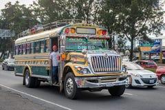 GUATEMALA - NOVEMBER 11, 2017: Guatemala City gata med trafik Daglig sikt av kollektivtrafik, som den färgrika fega bussen, taxi Arkivbild