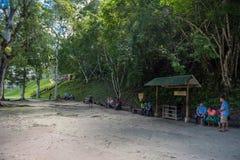 GUATEMALA - NOVEMBER 17, 2017: Folket väntar i Tikal parkerar Sightobjekt i Guatemala med Mayan tempel och ceremoniel arkivbild