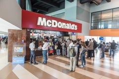 GUATEMALA - 22. NOVEMBER 2017: Innenraum der internationaler Flughafen-La-Aurora Guatemalas Leute, die in McDonalds warten lizenzfreies stockbild