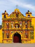Guatemala, opinión sobre la mayoría de la iglesia de la fachada del color en Guatemala Imagen de archivo