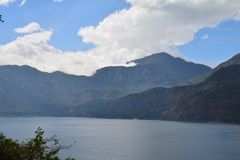 Guatemala panorâmico do lago Atitlan das paisagens imagens de stock