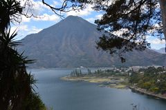 Guatemala panorâmico do lago Atitlan das paisagens fotografia de stock royalty free