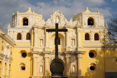 Guatemala sikt på den koloniala LaMerced kyrkan i Antigua Fotografering för Bildbyråer